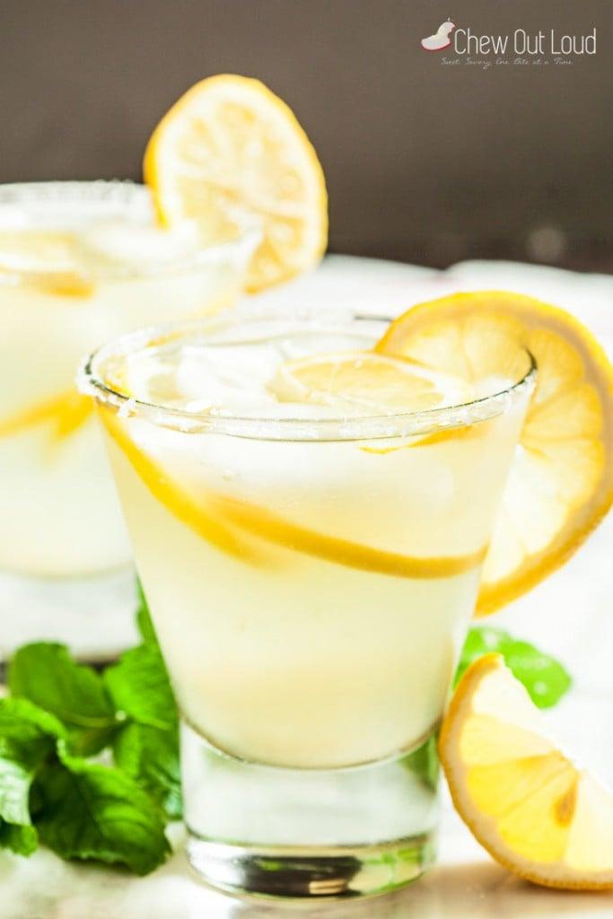 lemonade margarita with lemon slices